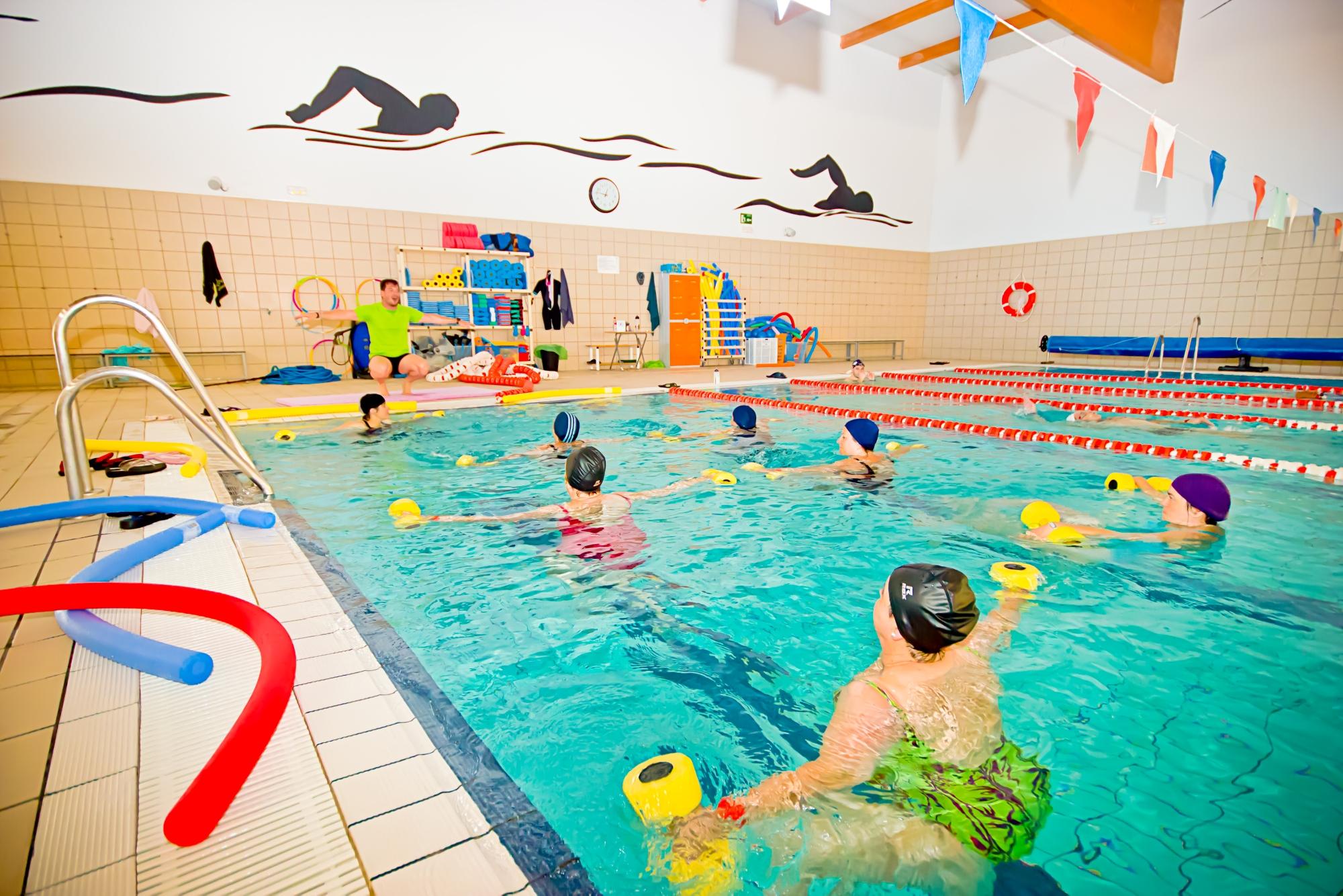 Actividades dirigidas en piscina deportes alcal la real for Piscina cubierta alcala la real